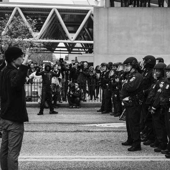 Policías se encuentran con los manifestantes en Baltimore. Foto: Devin Allen.