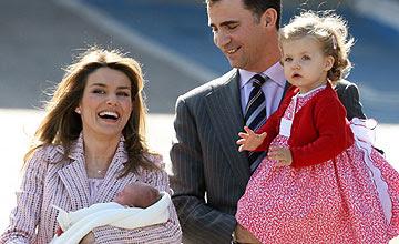 Los Príncipes, con Leonor y Sofía. (Foto: AFP)