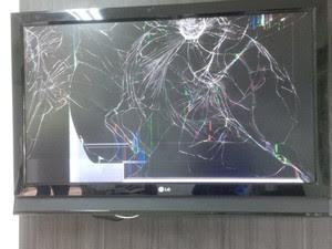 Na hora de 'se vingar' de jogar chileno, Rafael Gambarim acertou tapa na televisão e deixou aparelho totalmente destruído (Foto: Arquivo pessoal)
