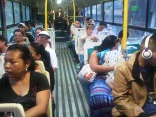 Así lucía hace unos minutos el autobús de la interlinea en Moravia. Foto CRH