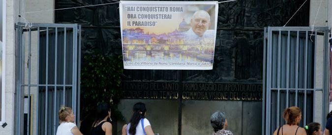 """Casamonica, parroco e Curia non si sono accorti di nulla. Smentiti da Mina Welby:  """"Manifesti del 'Re di Roma' c'erano già prima del funerale"""""""