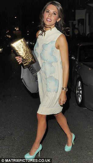 Danielle Linaker usando um dos vestidos de noite