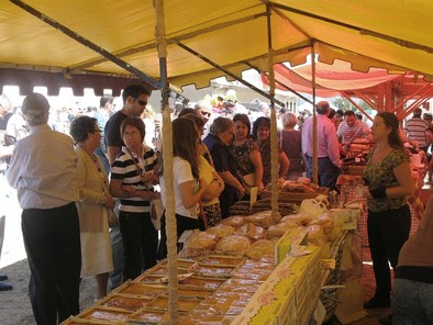 Muchos de los asistentes se animaron a comprar los productos típicos que ofrecían los expositores. Rubén Abad