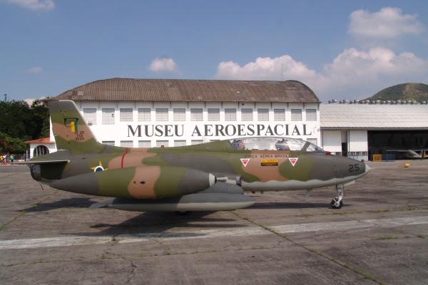 Aeronaves Mirage 3 e Xavante em exposição no Musal
