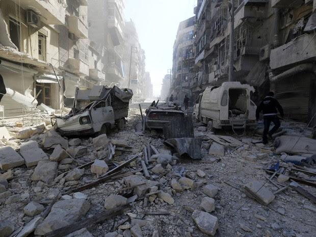 Homem anda sobre escombros em um local atingido por forças leais ao presidente da Síria, Bashar al-Assad, no distrito de al-Shaar de Aleppo. (Foto: Saad AboBrahim/Reuters)
