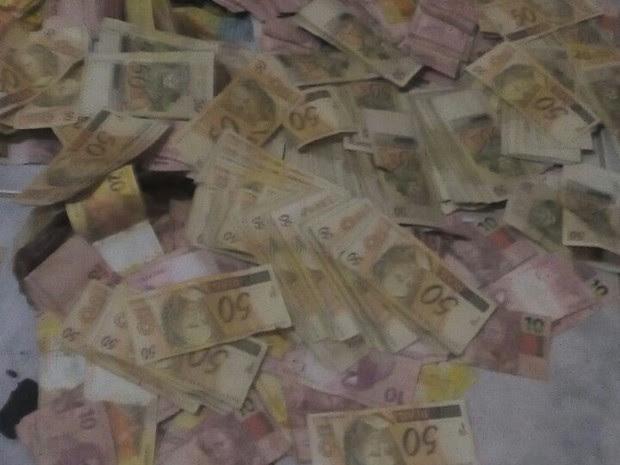 Celular de suspeito tinha fotos de uma pilha de dinheiro ao lado de um caixa eletrônico (Foto: Divulgação/Deicor)