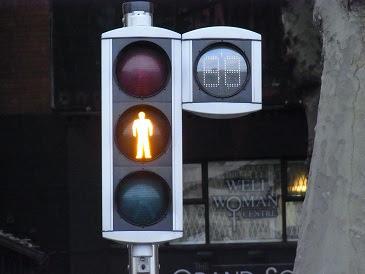 gelb: Du darfst gehen, wenn Du schon auf der Straße bist. Bist Du noch nicht auf der Straße, warte bis wieder grün ist.