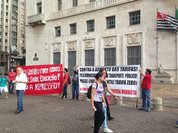 Manifestantes reunidos no Viaduto do Chá protestam contra a possibilidade de aumento das tarifas de ônibus em São Paulo e nos municípios da região metropolitana.  (Foto: Roney Domingos/G1)