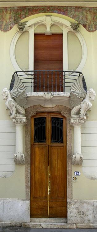 Liberty a Firenze: Villino G. Lampredi  Porta e balcone del Villino Giulio Lampredi (1907-1910), architetto Giovanni Michelazzi. Via Giano della Bella 13, Firenze   (by aldoaldoz)