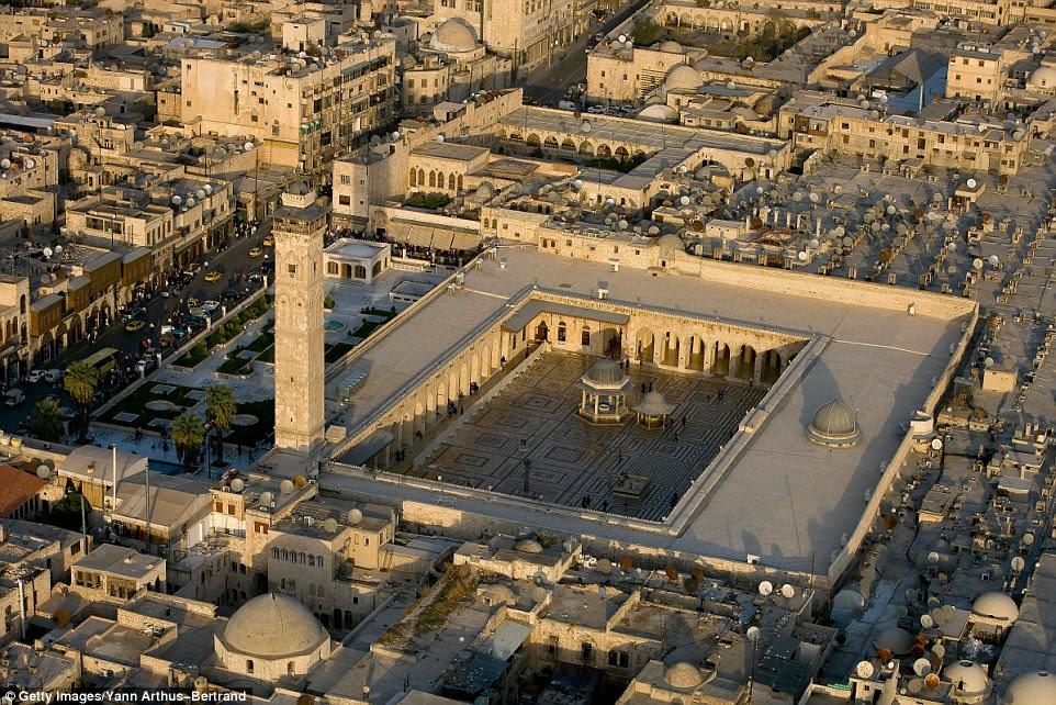 A Grande Mesquita de Aleppo antes da guerra civil, que era um edifício antigo, classificado pela UNESCO e está localizado no centro histórico da cidade