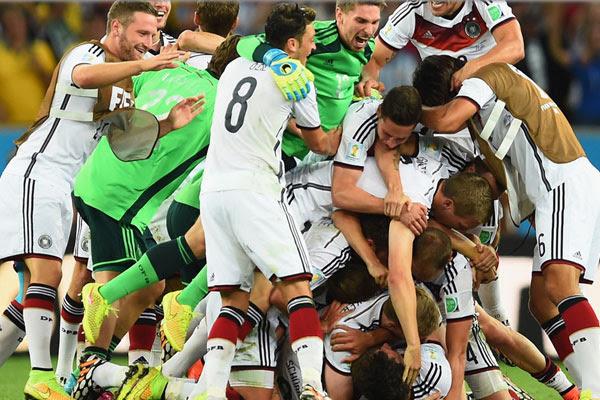 Jogadores comemoram gol de Götze na prorrogação que deu tetracampeonato à Alemanha