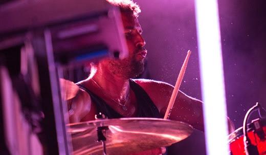 O ótimo baterista Jon Theodore, que solta a mão em todas as músicas e tem um mini momento solo