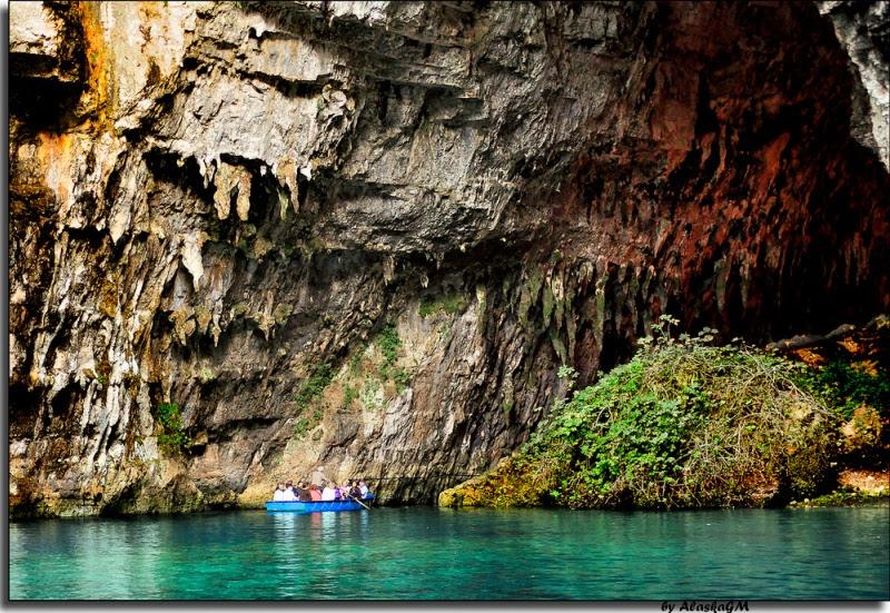 Мелиссани - пещера и озеро в Кефалонии, Греция. Фото