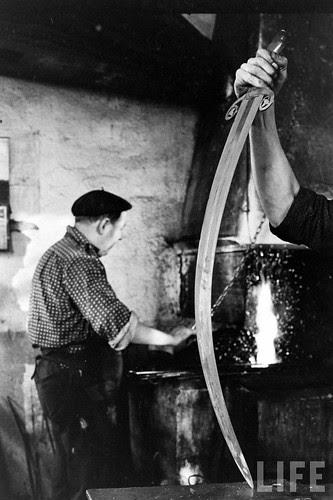 Fábrica de espadas, damasquinado y armaduras de Toledo en 1965. Fotografía de Carlo Bavagnoli. Revista Life (26)