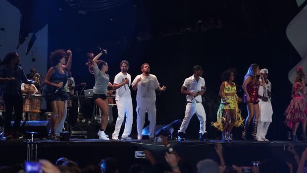 Saulo com seus convidados no palco (Foto: João Franco / Divulgação)
