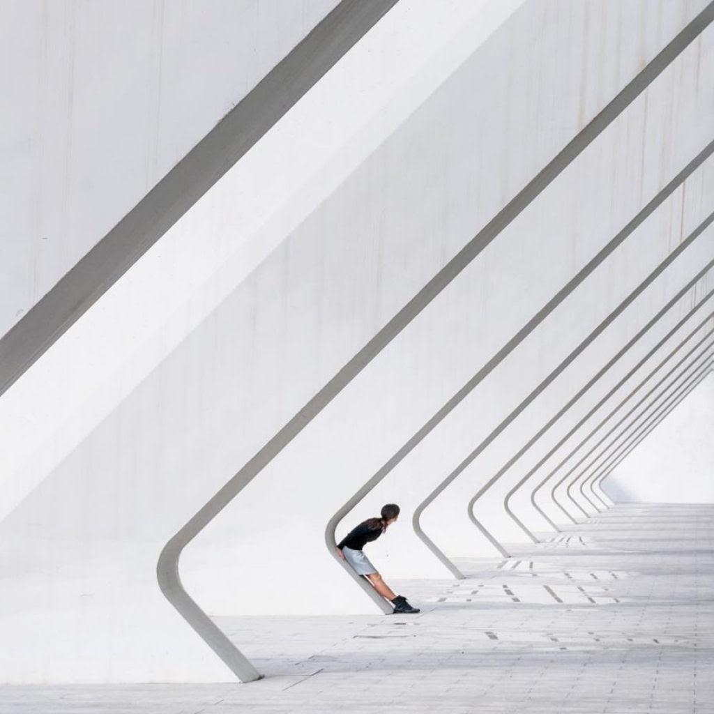 As criativas fotos de um casal que viaja o mundo brincado com a arquitetura 10