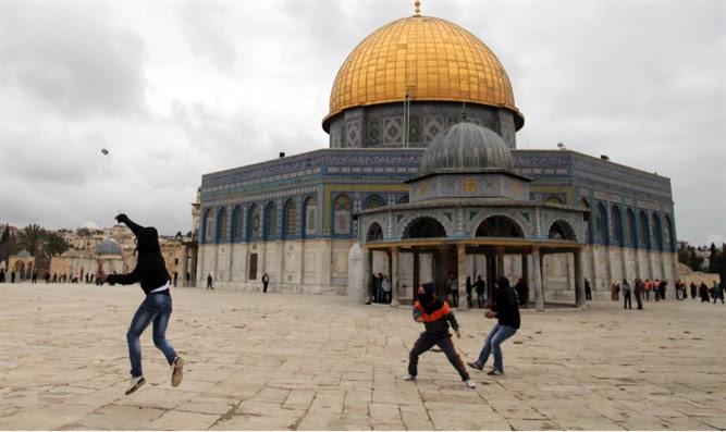 Rioters pelt police with stones on Temple Mount