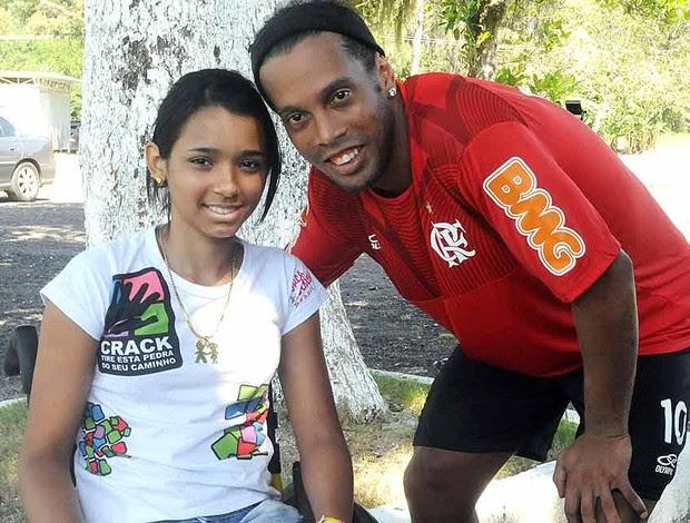 Ronaldinho Gaúcho e Tayane, vítima do massacre na Escola Tássio da Silveira (Foto: Alexandre Vidal / Fla Imagem)