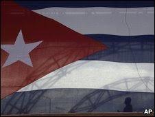 Man behind a Cuban flag in Havana (12 September 2009)
