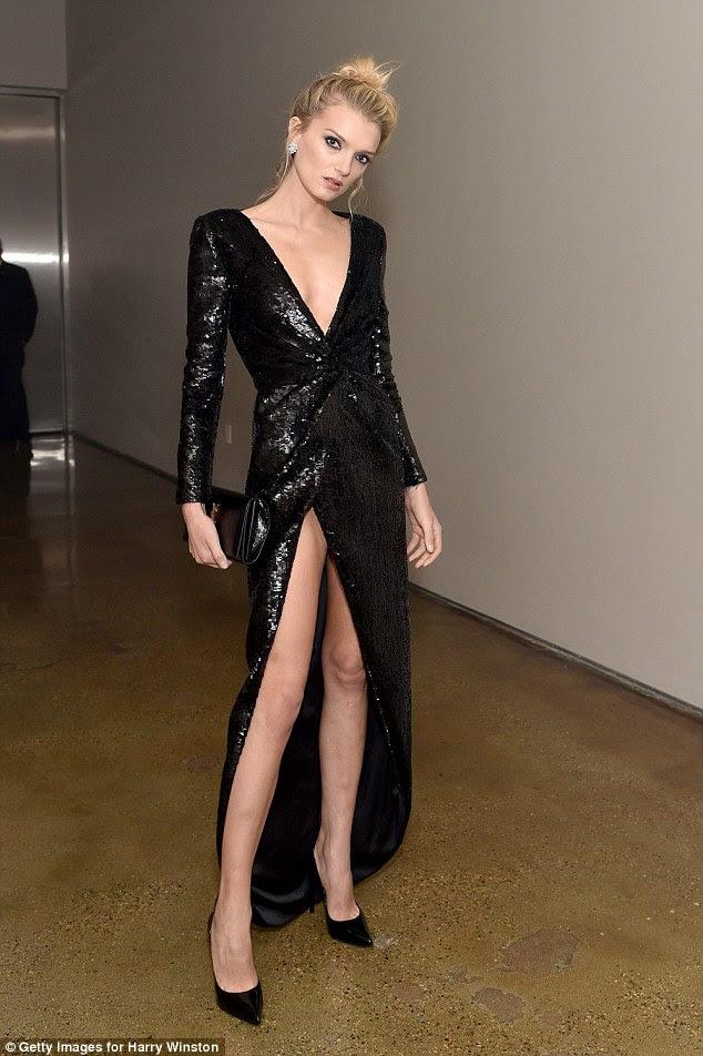 Pernas para os dias: Modelo impressionante Lily Donaldson revelou quase demais de seus pinos willowy como ela posou em seu atrevido, vestido brilhante
