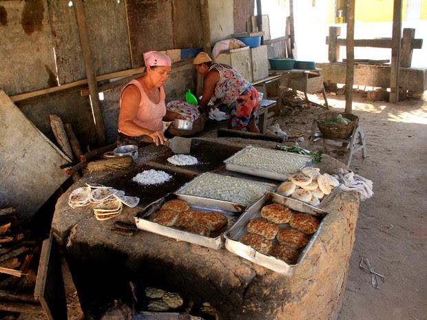 Fornos de  barro artesanais aquecidos a lenha estão espalhados por todo bairro de Riacho Doce (Foto: Waldson Costa/G1)