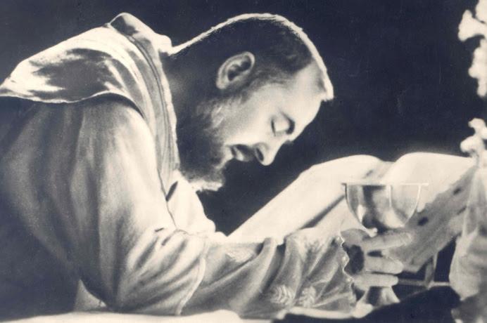 Risultati immagini per padre pio celebra la messa