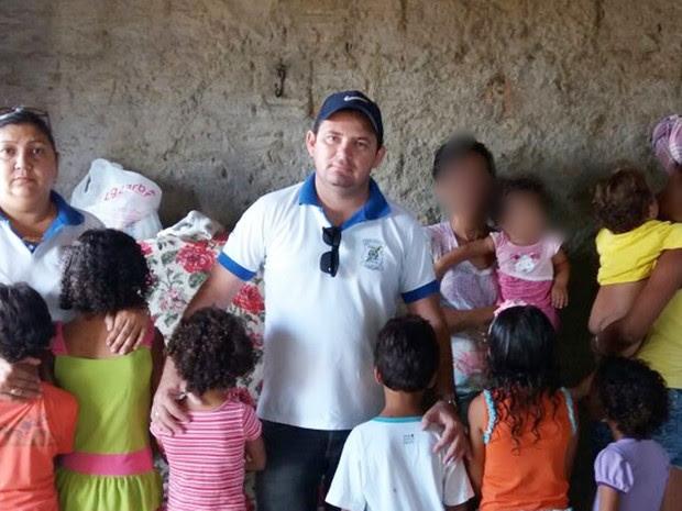 Conselheiros tutelares de Caicó tentam ajudar a família; na manhã deste sábado (12), comida foi doada (Foto: Francisco Fábio Araújo)