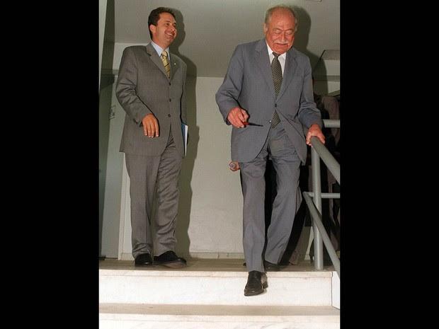 Novembro de 2002 - O presidente do PSB, Miguel Arraes (dir.) e seu neto, o deputado Eduardo Campos, após reunião da executiva do PSB, que definiu a posição da legenda em posição do governo do PT, na sede do partido, em Brasília (Foto: Rafael Neddemermeyer/Estadão Conteúdo)