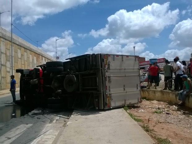 Caminhão tomba na via local da BR-104 (Foto: Amanda Dantas/ TV Asa Branca)