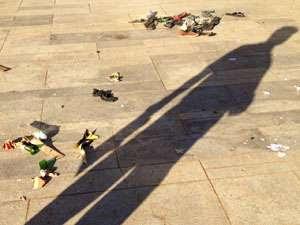 Coquetéis molotov e calçados ficam espalhados pelo chão após correria (Iano Andrade/CB/DA Press)