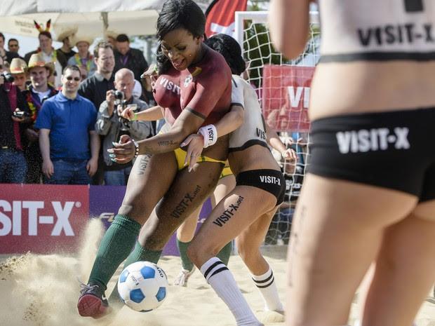 Atrizes pornô 'antecipam' partida entre Alemanha e Gana na Copa no evento 'Sexysoccer 2014', neste sábado (21) em Berlim (Foto: Clemens Bilan/AFP)