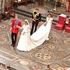 William e Kate deixam o altar seguidos pelo irmão dele, Harry, e pela irmã dela, Pippa