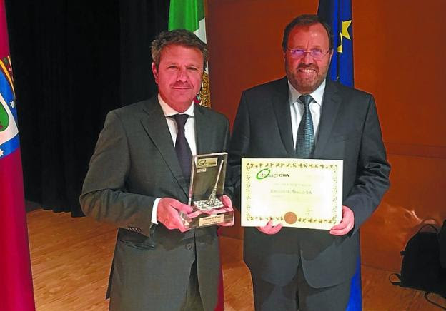 José Antonio Santano y Txomin Sagarzazu recogieron el galardón./