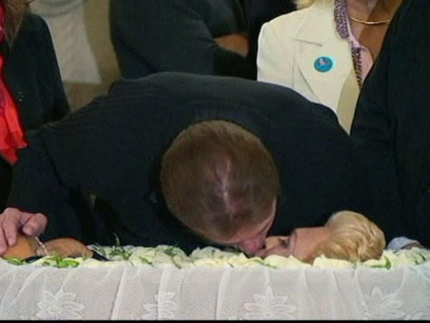 Silvio Santos dá um selinho em Hebe durante o velório da apresentadora, que morreu em casa na madrugada deste sábado (29) (Foto: Reprodução/TV Globo)