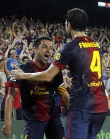 Xavi celebra el gol ante el Granada con Cesc