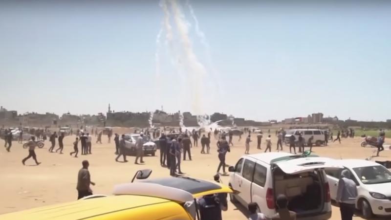<p>Varias granadas de gas caen sobre manifestantes palestinos en las protestas de Gaza contra la apertura de la embajada de EE.UU en Jerusalén. 14 de mayo de 2018</p>