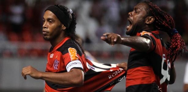 Ronaldinho Gaúcho comemora seu gol de pênalti; craque foi vaiado no segundo tempo