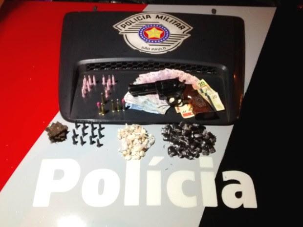 Droga apreendida pela PM em Taubaté durante a noite desta sexta-feira (24). (Foto: Divulgação/PM)
