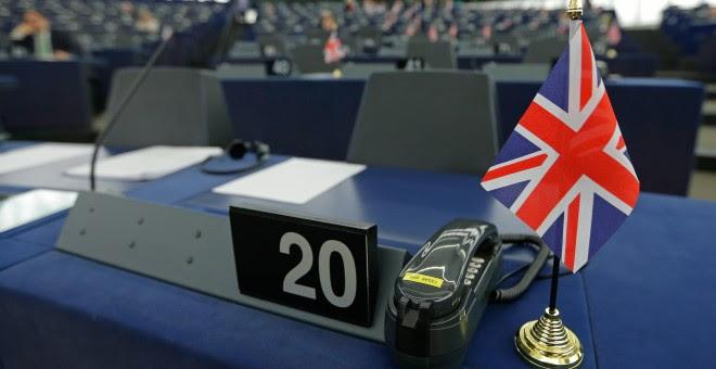 Una bandera británica en el escritorio del líder del UKIP y el MEP, en el Parlamento Europeo en Estrasburgo