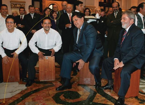NO PERU Luiz Inácio Lula da Silva (à dir.) em viagem ao Peru, em maio de 2008, com Rosemary no detalhe. Ela viajou 23 vezes ao exterior na comitiva do presidente (Foto: Celso Junor/Estadão Conteúdo)