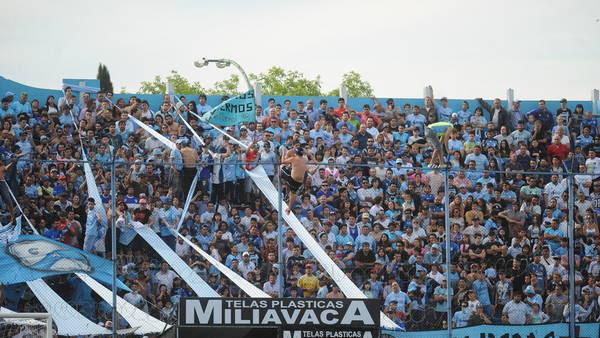 Miembros de la barra de Temperley insultaron el presidente Lewin y se treparon al alambrado durante el partido del sábado ante Independiente. (Guillermo Rodriguez Adami)