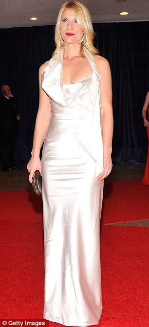 Maravilhas brancas: Claire Danes chegou em um vestido do assoalho-comprimento incomum, enquanto Eva Longoria estava deslumbrante em um vestido creme curto