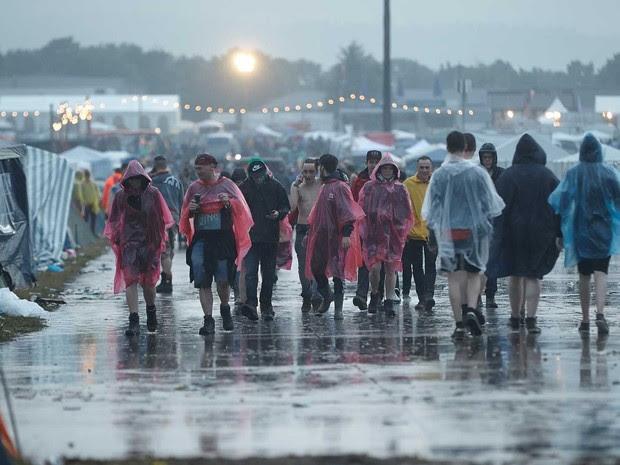 Público enfrenta chuva e raios durante o Rock am Ring (Foto: Thomas Frey / DPA / via AFP Photo)