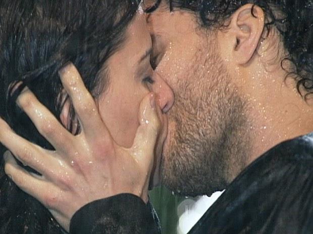 Num beijo...