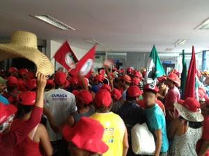 Os manifestantes ocuparam a área de caixas eletrônicos da agência bancária em João Pessoa (Foto: Walter Paparazzo/G1-PB)