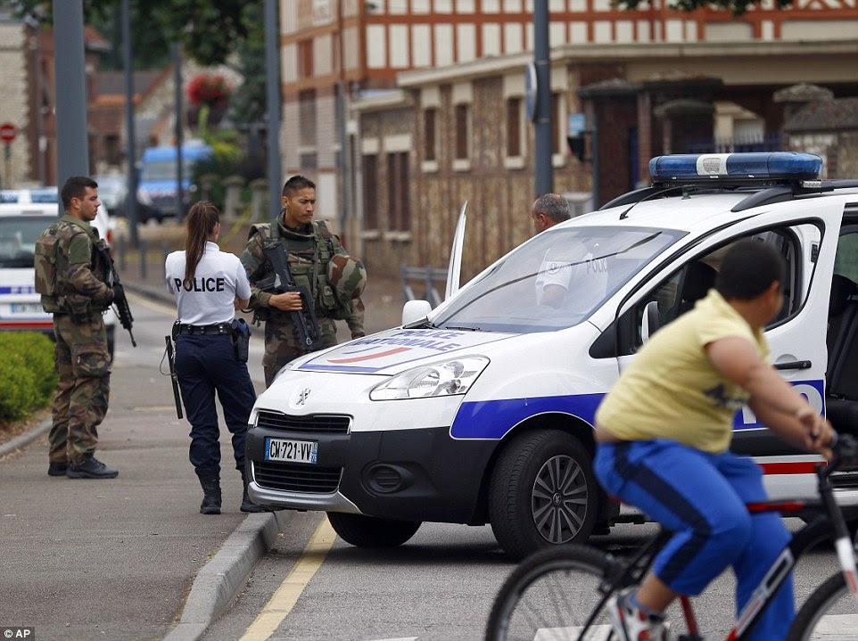 Houve relatos de que os atacantes gritavam 'Daesh' - um nome alternativo para ISIS muitas vezes usado pelo governo francês - enquanto corriam para dentro da igreja, enquanto, pelo menos, um dos homens estava vestida com roupa islâmica
