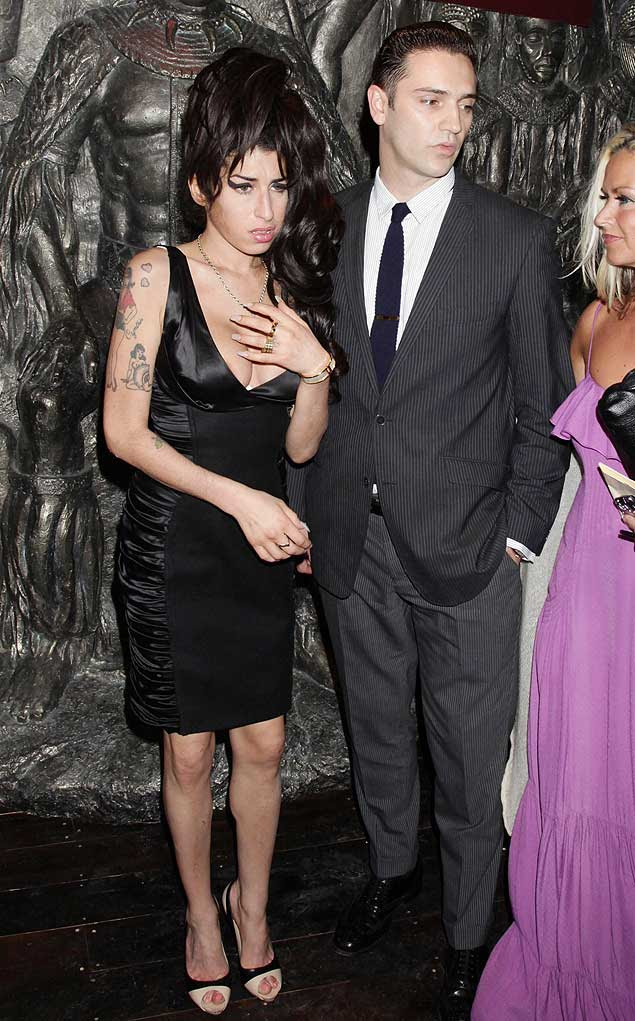 Amy Winehouse com seu namorado, Reg Travis, em evento em Londres em agosto de 2010