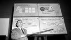 Το 1963, το Εθνικό Ινστιτούτο Ψυχικής Υγείας των Ηνωμένων Πολιτειών ξεκίνησε να υλοποιεί κοινοτικά προγράμματα ψυχικής υγείας. Μέχρι το 1994, το πρόγραμμα είχε δαπανήσει 47 δισεκατομμύρια δολάρια και ήταν σαφές ότι ήταν μια αποτυχία, καθώς οι σχετιζόμενες κλινικές είχαν μετατραπεί σε νόμιμους εμπόρους ναρκωτικών για τους άστεγους.