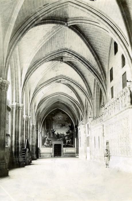 Claustro bajo de la Catedral en junio de 1905. Fotógrafo anónimo. Colección Luis Alba. Ayuntamiento de Toledo