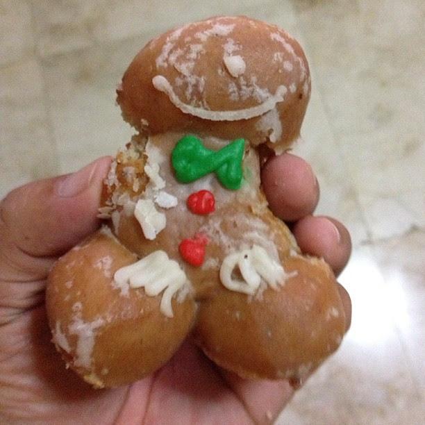 Nagulat naman ako sa shape ng doughnut na ito. Nawala yung kamay ng gingerbread man and mukhang hahahahaha